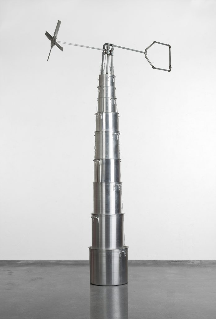Los Carpinteros (Alexandre Arrechea, Marco Castillo y Dagoberto Rodríguez), Molino de viento, 1998. Colección FEMSA. ©Los Carpinteros