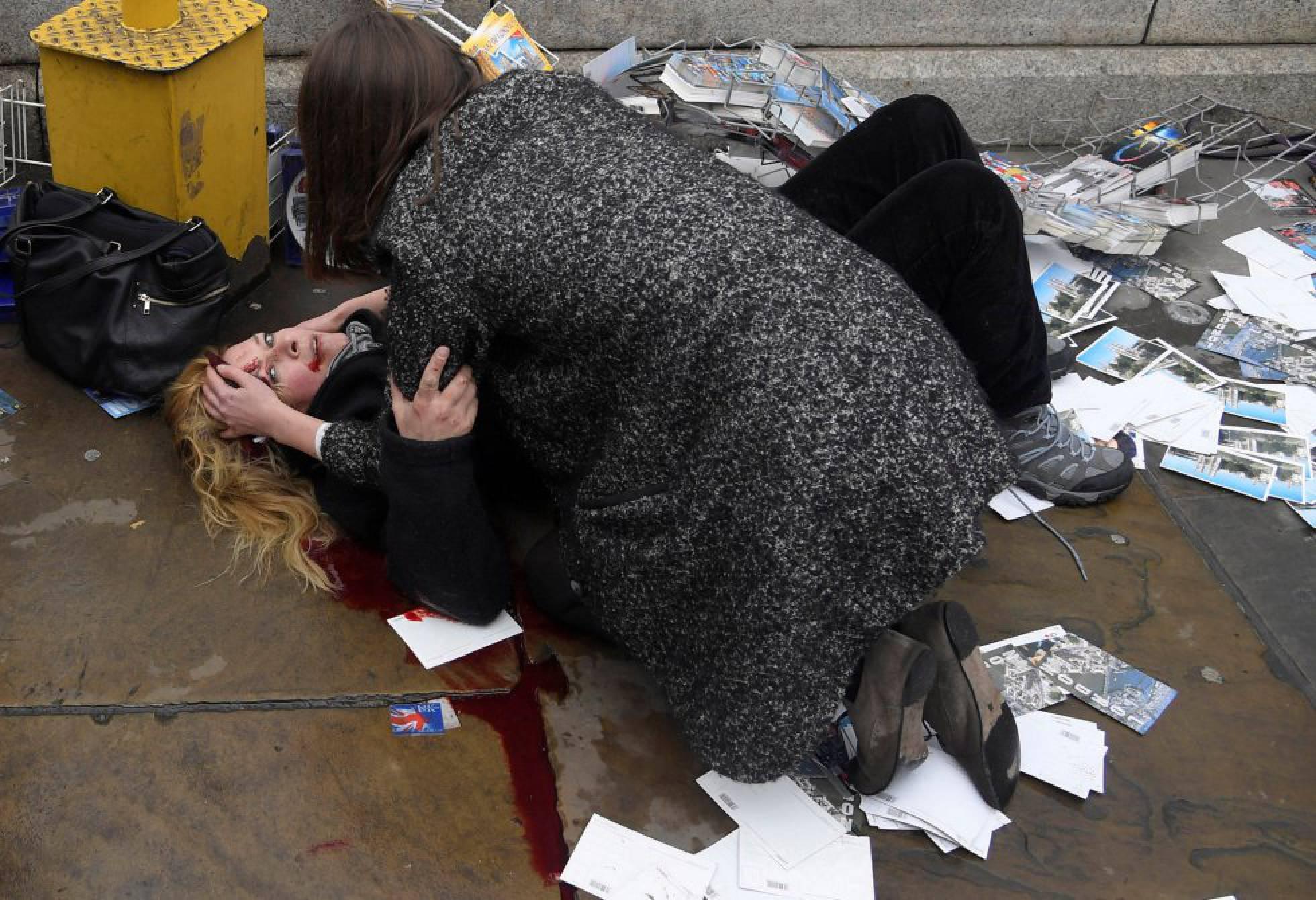 Una mujer socorre a una de las víctimas del atropello masivo en el puente de Westminster en Londres (Gran Bretaña), el 22 de marzo de 2017. Fotografía nominada en las categorías 'Photo of the Year' y 'Temas de actualidad' del fotógrafo Toby Melvill de la agencia REUTERS.