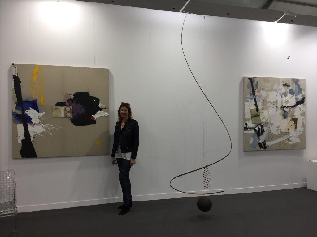 Cristina Moroño con sus obras Oriente 01 y Oriente 03 en el boothe de Puerta Roja en Art Central