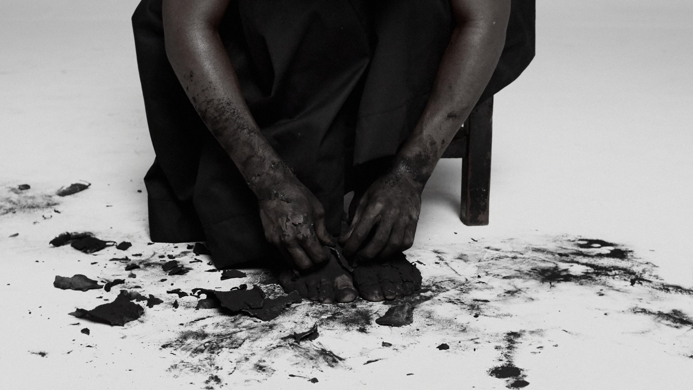 Inzilo Video de Mohau Modisakeng - Crédito_Cortesia del artista y WHATIFTHEWORLD
