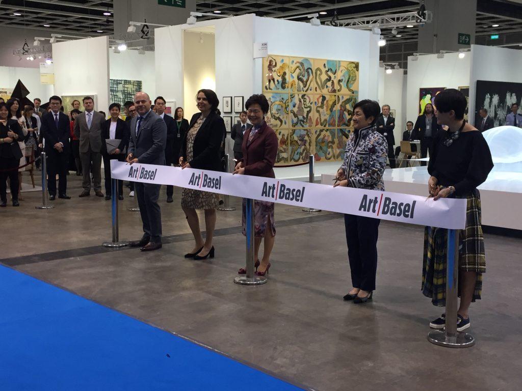 Momento de la inauguración de Art Basel con Marc Spiegler, Director Global; Adeline Oi, Directora para Asia; Carrie Lam, Chief Executive de Hong Kong