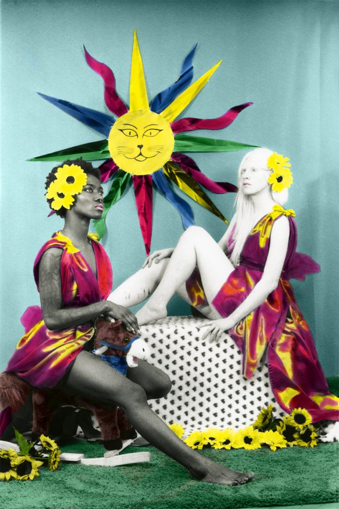 El Sol – XIX, Cami Fortini y Juliette Micolta, 2017, fotografía en película blanco y negro 35mm., copias análogas en papel RC de 13 x 18 cm., coloreadas a mano con lápices acuarelables y digitalizadas posteriormente para dar un mayor formato, 90 x 60 cm.