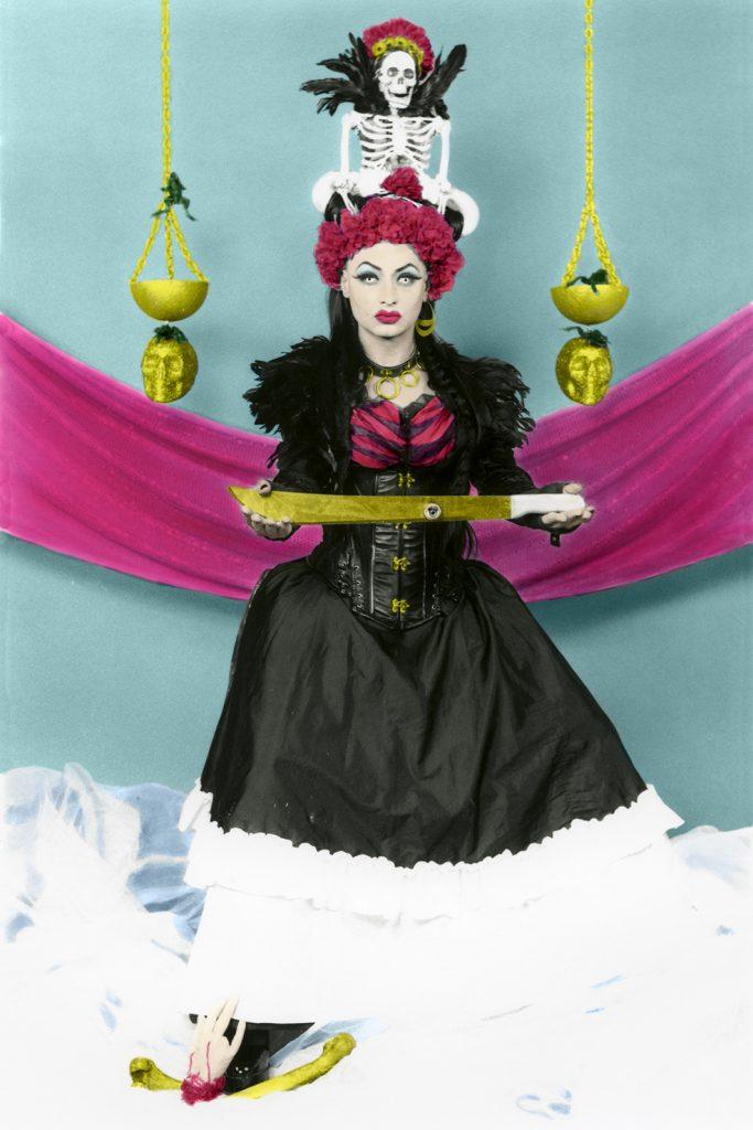 La Justicia – VIII, Maraca Barata, 2017, fotografía en película blanco y negro 35mm., copias análogas en papel RC de 13 x 18 cm., coloreadas a mano con lápices acuarelables y digitalizadas posteriormente para dar un mayor formato, 90 x 60 cm.