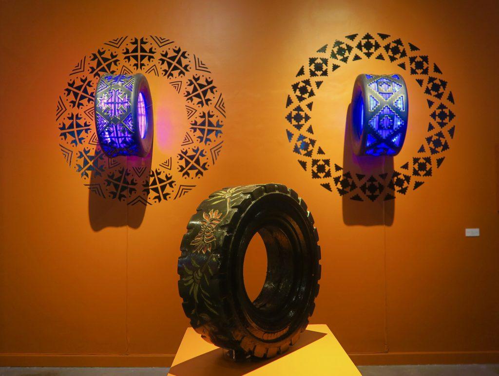 """Llanta de Base """"Enredadera Urbana"""", 2012, pieza instalada en el Museo de Arte Popular en la Ciudad de México, como parte de la exposición """"Barro, Papel y Tijeras"""", llanta de montacargas, con grabado e incrustación de chicle de sabores."""