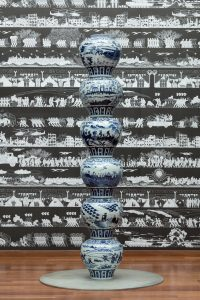 Stacked Porcelain Vases as a Pillar, 2017. Crédito_ Courtesy of Ai Weiwei Studio