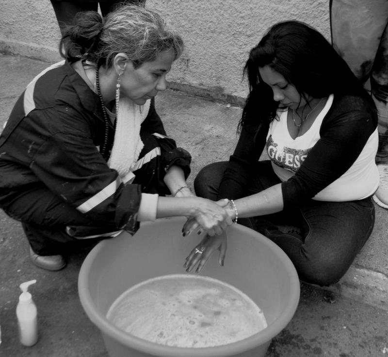 """""""Variaciones de un gesto bíblico"""" lavado de manos a las internas de la cárcel de mujeres de Valparaíso. Registro de Alejandra Montoya."""