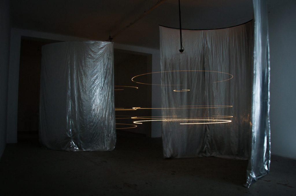 """Exposición """"Pero la desobediencia dormía"""" realizada en MAC Quinta Normal. Obra de Benjamin Ossa."""