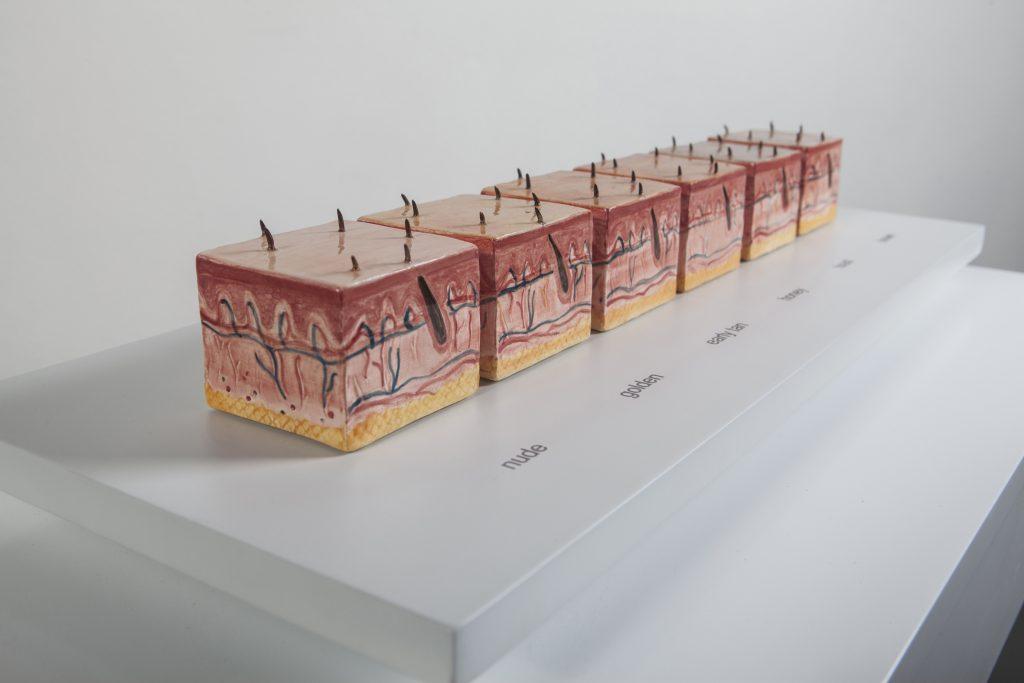 Claudia Coca_MY KINGDOM FOR A MAKE-UP_ 2013, cerámica, 20 x 60 x 30 cm