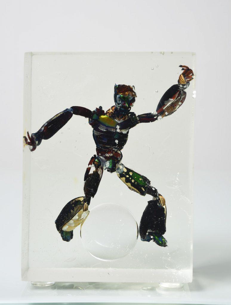 Géza Szöllõsi, Postman, 2015, partes de escarabajo y resina, 15 x 11 x 5.5 cm.