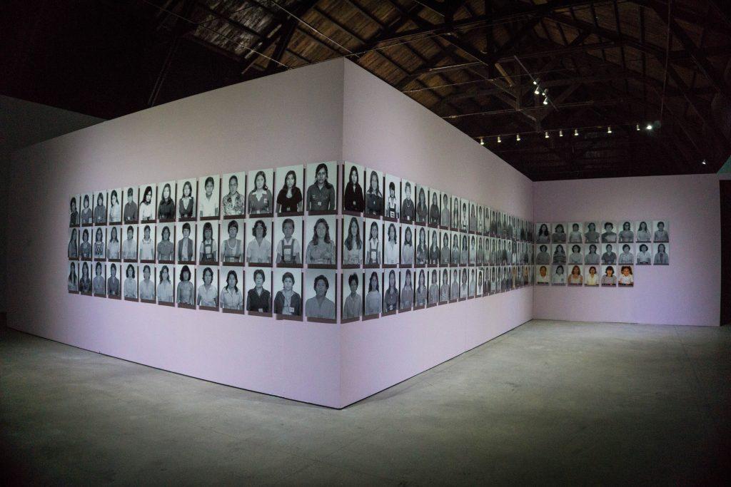 María Quispe, 2008, foto instalación 128 fotografías, blanco negro y color. 12 × 18 pulgadas cada una.