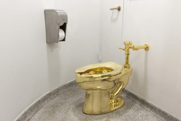 El inodoro hecho de oro de 18 quilates