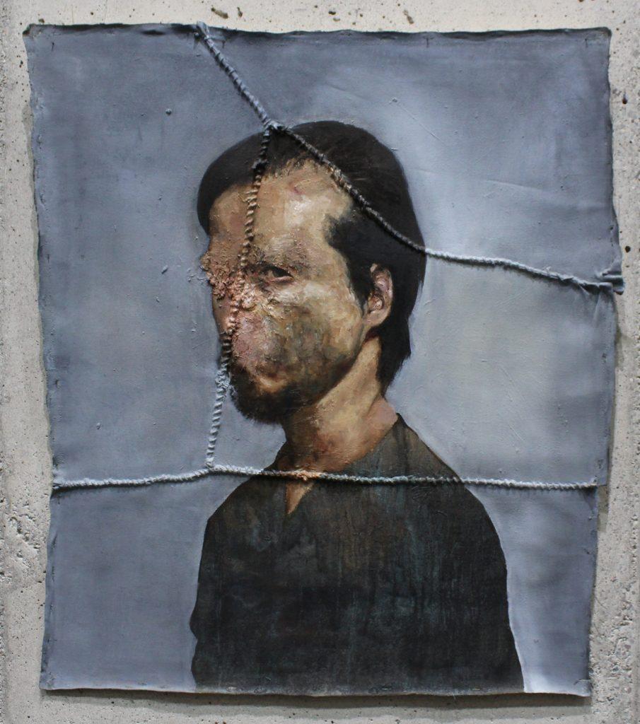 Héctor León. Autorretrato, 2018. öleo e hilo de cáñamo sobre tela sin bastidor, 92,5 x 81 cm