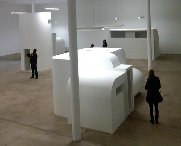Absalon, Celullas, 1993. Vista de la exposición en KW Institute for Contemporary Art de Berlín, 2011. Foto: Pedro Feduchi.